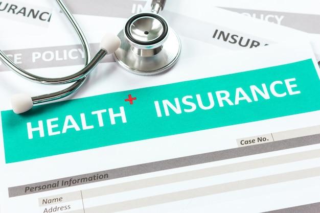 Krankenversicherungsform mit stethoskop in der draufsicht