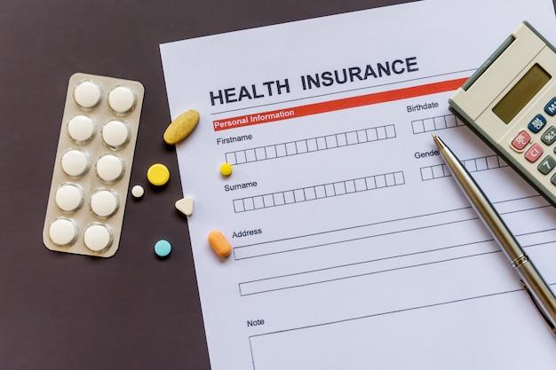 Krankenversicherungsformular mit modell und versicherungsdokument