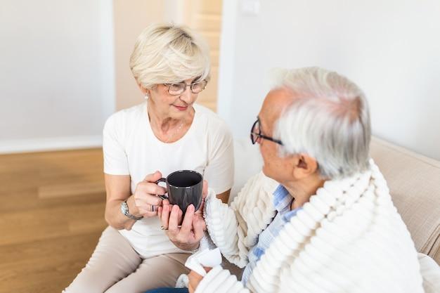 Kranker älterer mann mit tasse tee