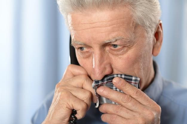 Kranker alter mann mit zahnschmerzen ruf einen arzt an