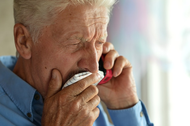 Kranker alter mann ruft zu hause beim arzt an