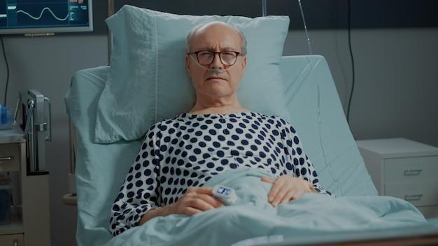 Kranker alter patient im krankenbett mit nasensauerstoffschlauch
