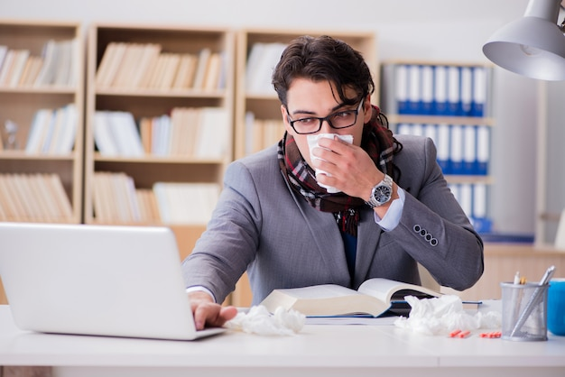 Kranker geschäftsmann, der unter krankheit im büro leidet
