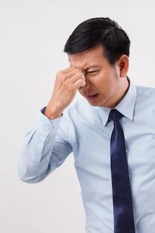 Kranker, gestresster, überarbeiteter mann mit kopfschmerzen in den nebenhöhlen, verschwommenes sehen