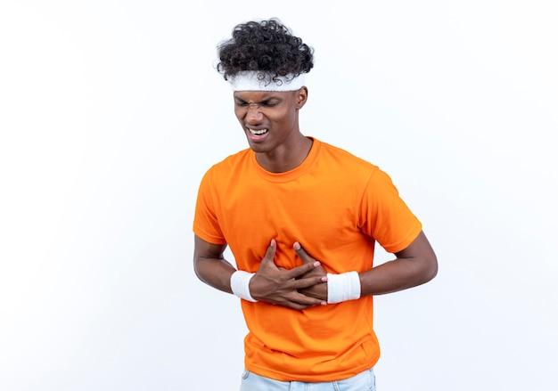 Kranker junger sportlicher mann, der stirnband trägt