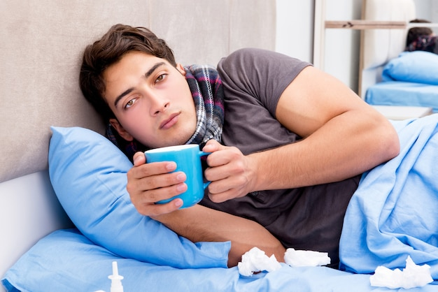 Kranker kranker mann im bett, der medikamente und drogen nimmt