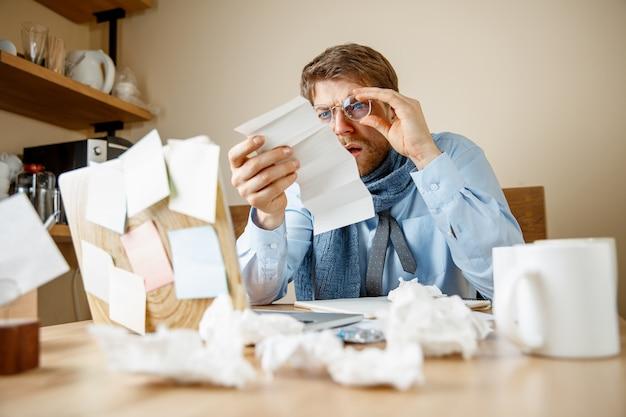 Kranker mann, der verschreibungspflichtige medizin liest, arbeitet im büro, geschäftsmann erkältete, saisonale grippe. pandemie influenza, krankheitsvorbeugung, krankheit, virus, infektion, temperatur, fieber und grippe konzept