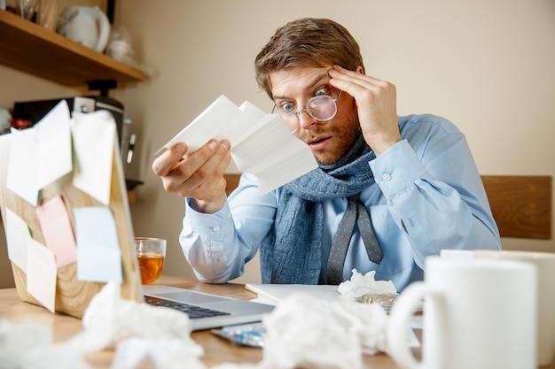 Kranker mann, der verschreibungspflichtige medizin liest, die im büro arbeitet, erwischte geschäftsmann erkältung, saisonale grippe. pandemie influenza, krankheitsprävention, krankheit, virus, infektion, temperatur, fieber und grippe konzept