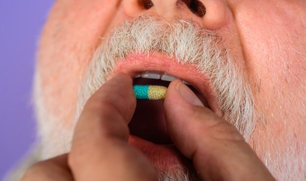 Kranker mann hält pille nahaufnahme behandlung pharmazeutische arzneimittel und medikamente behandeln schmerzfieber