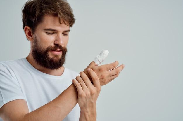Kranker mann handverletzung behandlung gesundheitsprobleme heller hintergrund