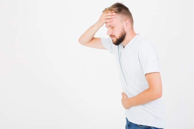 Kranker mann im t-shirt, das kopfschmerzen hat