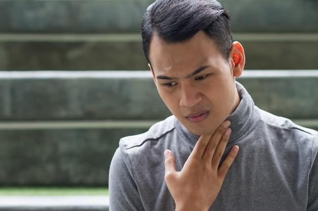 Kranker mann mit halsschmerzen, grippe, entzündung