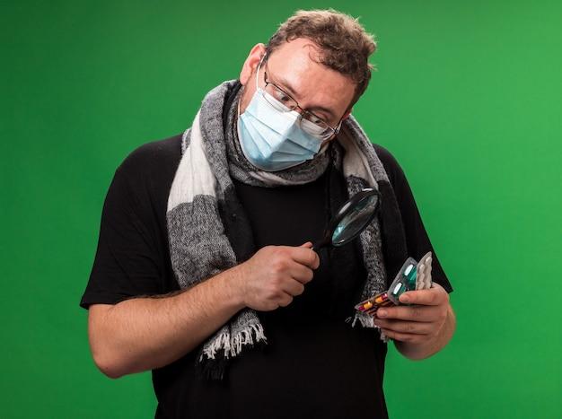 Kranker mann mittleren alters mit medizinischer maske und schal