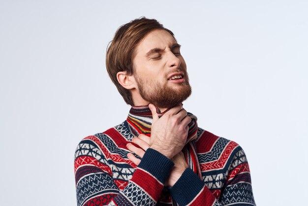 Kranker mann pullover gesundheitsprobleme grippeinfektion isolierter hintergrund. foto in hoher qualität