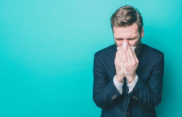 Kranker mann steht und niest