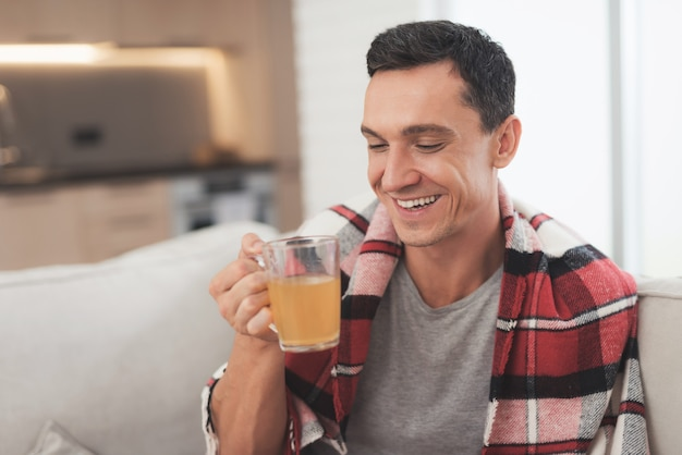 Kranker mann trinkt nach der genesung weiterhin medikamente.