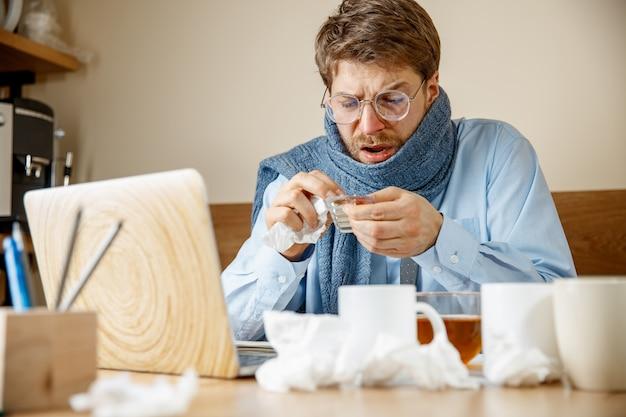 Kranker mann während der arbeit im büro