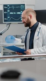 Kranker patient, der eine beratung zur behandlung von krankheiten erhält