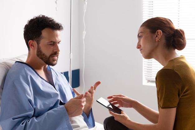 Kranker patient, der mit seiner frau spricht