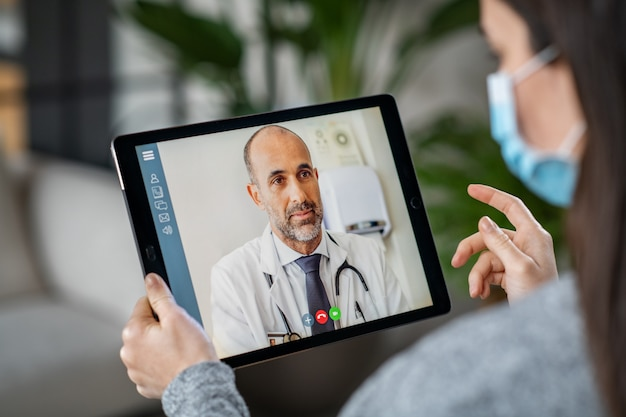 Kranker patient in videokonferenz mit arzt