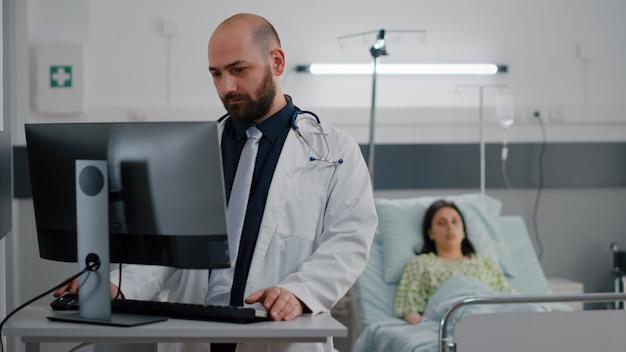 Kranker patient sitzt im bett und spricht mit onkologe arzt frau