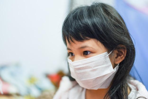Krankes kind coronavirus in china pathogen grippe ausbreitung der welt. virus 2019-ncov pandemierisiko bei kleinen mädchen tragen schutzmaske medizinisch
