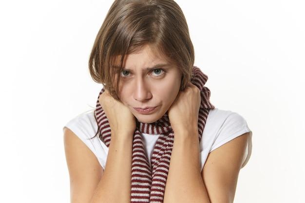 Krankheit, gesundheitszustand, krankheit und krankheitskonzept. schließen sie herauf bild des traurigen mädchens mit halsschmerzen, die aufwerfen. depressive junge frau mit schmerzhaftem ausdruck und influenzasymptomen