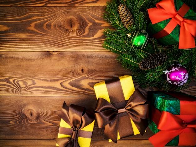 Kranz auf dem holzbrett. verpackte geschenkboxen. weihnachten und neujahr konzept