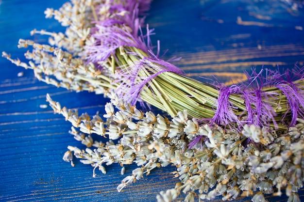 Kranz aus lavendel auf einem blauen holzbrett