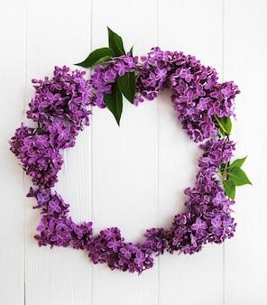 Kranz aus lila blüten