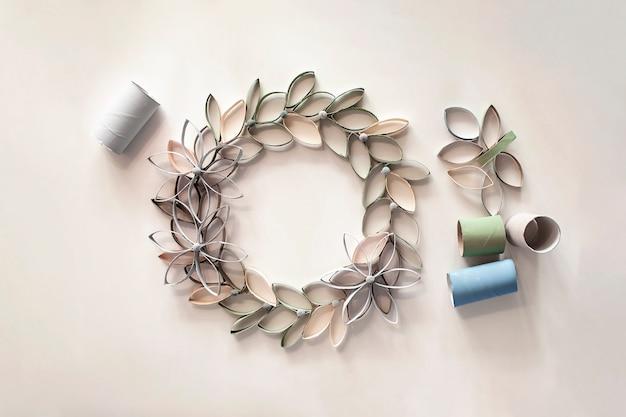 Kranz aus toilettenpapier für osterfeier, null-abfall-handwerk für kinder, neutrales pastell