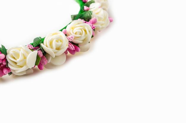 Kranz aus weißen und rosa blüten
