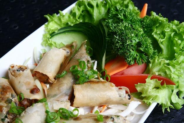 Krapfen mit essen und gemüse