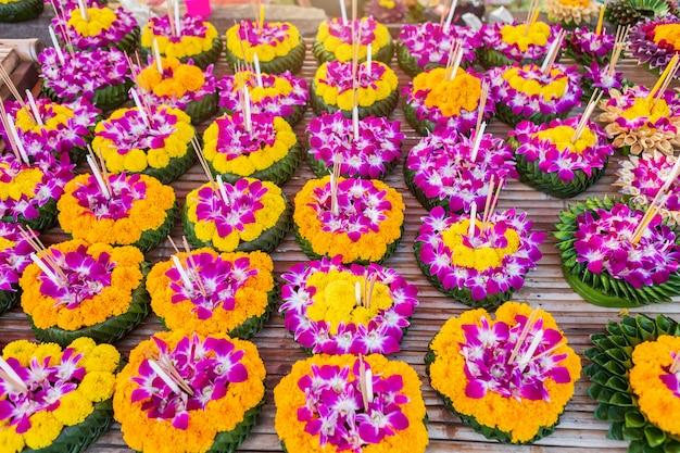 Kratong aus schwimmendem korb mit bananenblatt für loy kratong festival