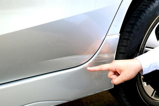 Kratzer am auto vom fachmann reparieren, zerkratzt