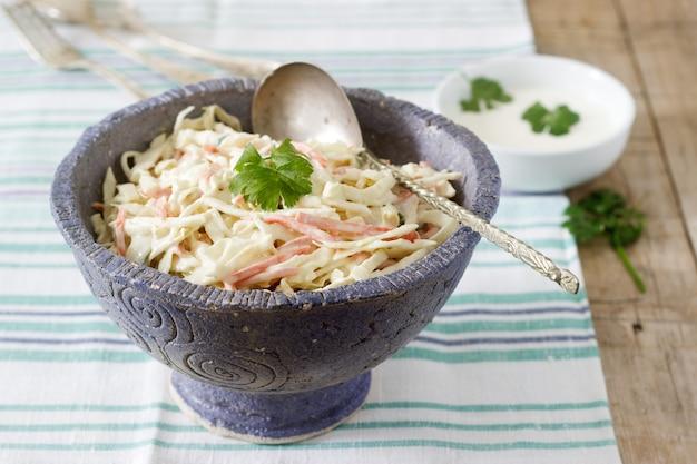 Krautsalat salat aus kohl und karotten mit dressing mayonnaise.