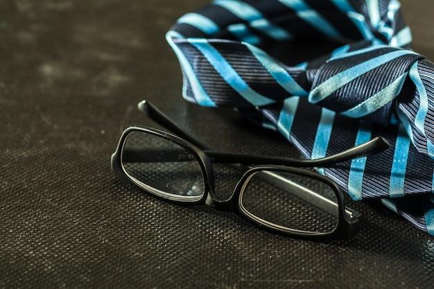 Krawatte auf dunkel