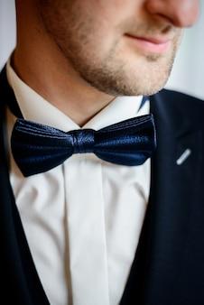 Krawatte-bogennahaufnahme des bräutigams