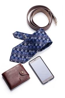 Krawatte, gürtel, brieftasche, zubehör für mann lokalisiert auf weißem hintergrund