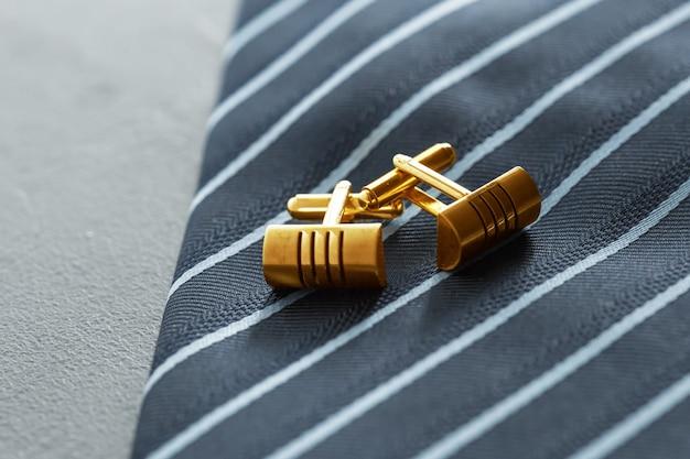 Krawatte und manschettenknöpfe auf dem tisch.