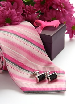 Krawatten- und manschettenknöpfe mit blumen über weiß