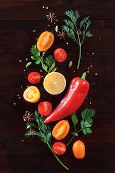 Kreativ angelegte gewürze und gemüse. vegetarisches essen. salat zutaten