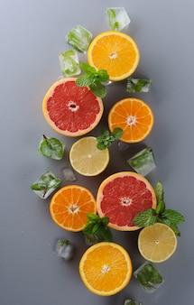 Kreativ angelegte zitrusfrüchte auf grauem hintergrund