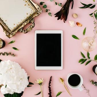 Kreativ dekoriertes und arrangiertes flachrahmenkonzept mit tablette, vintage-tablett, hortensie, muscheln, kaffee, goldenem löffel, zweigen auf rosa