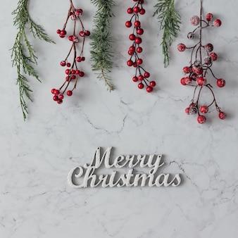 Kreative anordnung der weihnachtsdekoration auf marmortisch. urlaubskonzept. flach liegen.