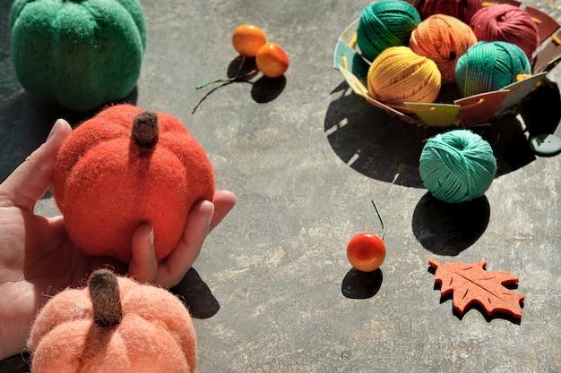 Kreative anordnung von bastelmaterialien zum stricken und häkeln.
