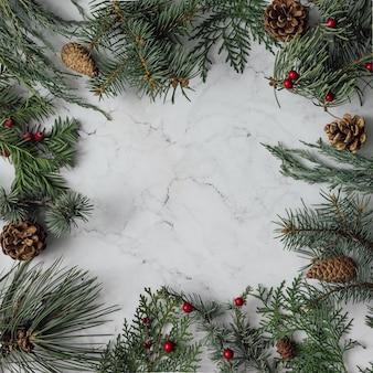 Kreative anordnung von weihnachtswinterlaub. weihnachtsmauer. flach liegen.
