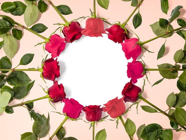 Kreative blumenkomposition aus roten rosen mit kopienraum, blumenhintergrund, glücklichem valentinstag, muttertag, flacher lage, draufsicht