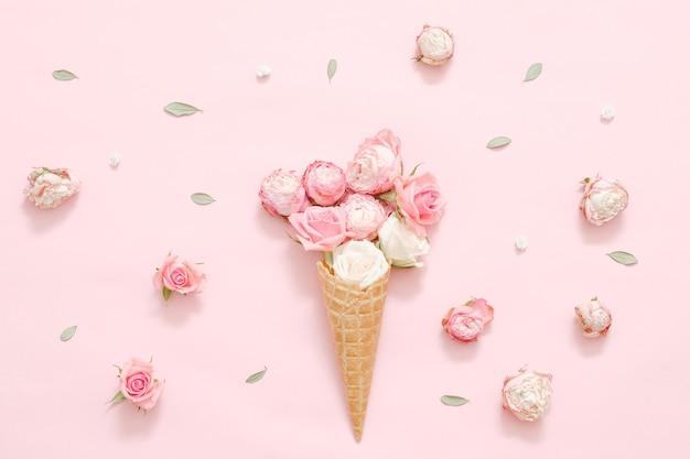 Kreative blumenkomposition. rosen in eistüten