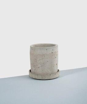 Kreative diagonale isometrische projektionskomposition mit betonblumentopf blau und weiß